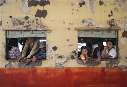 တိုင္းျပည္မွာ လမ္း၊ တံတား၊ ရထား၊ ေရ၊ မီး နဲ႔ တယ္လီဖုန္း ဆက္သြယ္ေရး အစရွိတဲ့ အေျခခံအေဆာက္အအံုေတြ အေရးေပၚတည္ေဆာက္ရန္ လိုေနပါတယ္။ (ဓာတ္ပုံ- Reuters)