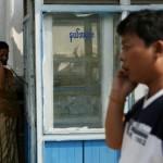 မိုဘိုင္းဖုန္း အသံုးျပဳေနေသာ အမ်ိဳးသားတဦးႏွင့္ အမ်ားသံုးဖုန္း အသံုးျပဳေနေသာ အမ်ိဳးသမီးတဦးတို႔ကို ၂၀၁၂ မတ္လ အတြင္းက ရန္ကုန္ၿမိဳ႕တြင္ ျမင္ရစဥ္ (ဓာတ္ပံု - Reuters / Soe Zeya Tun)