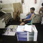 လူအင္အား၊ စာဖတ္သူ ဝယ္ယူႏိုင္စြမ္းအား လံုေလာက္မႈ မရွိေသးေသာ္လည္း ပုဂၢလိကပိုင္ ေန႕စဥ္ သတင္းစာမ်ား ထြက္လာေတာ့မည္ (ဓာတ္ပံု- Reuters)