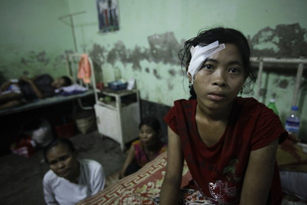ရခုိင္ေဒသ၌ ေအာက္တိုဘာလက ျဖစ္ပြားခဲ့ေသာ ပဋိပကၡမ်ားအတြင္း ဦးေခါင္းတြင္ ေသနတ္ ထိမွန္ခဲ့သူ တဦးကို ေက်ာက္ ေတာ္ ၿမိဳ႕နယ္ ေဆး႐ုံေပၚ၌ ေတြ႕ရစဥ္ (ဓာတ္ပုံ – Reuters)