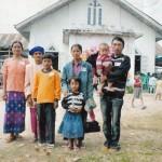 ၂၀၁၁ ခရစၥမတ္ ေန႔က ဂ်န္မိုင္ေကာင္ ႏွစ္ျခင္း ခရစ္ယာန္ ဘုရားေက်ာင္းတြင္ မိသားစုႏွင့္ အတူ ေတြ႔ျမင္ရေသာ ဦးလေထာ္ဘရန္ေရွာင္(ညာဘက္ အစြန္ဆုံးက ကေလးခ်ီထားသူ) (ဓာတ္ပံု – Hkamung pan)