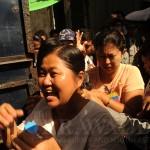 ၂၀၁၂ ဒီဇင္ဘာလက အခ်ဳပ္ခန္းေျပာင္းေရႊ႕ခံရစဥ္ ေတြ႕ရသည့္ ေဒၚေနာ္အုန္းလွ (ဓာတ္ပံု - စတိဗ္ တကၠနာ / ဧရာဝတီ)