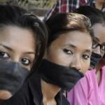 အမ်ိဳးသမီး သတင္းေထာက္ တေယာက္ အုပ္စုဖြဲ႔ မုဒိမ္းက်င့္ခံရသျဖင့္ ဆႏၵျပေနၾကေသာ အာသံျပည္နယ္ ဓာတ္ပံု သတင္းေထာက္မ်ား အသင္းမွ အဖြဲ႔ဝင္မ်ား (ဓာတ္ပံု - Reuters)