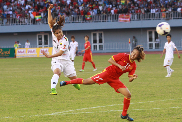 ဗီယက္နမ္ အမ်ိဳးသမီးအသင္း ကို ထိုးေဖာက္ေနတဲ့ သန္းသန္းေထြး (ဓာတ္ပံု - Myanmar Football Federation)