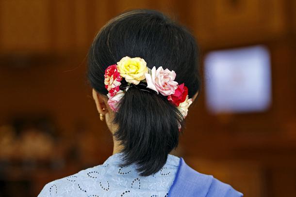 ျမန္မာ့ႏိုင္ငံေရးတြင္ အမ်ိဳးသမီးေခါင္းေဆာင္မႈဟုဆိုလွ်င္ ေဒၚေအာင္ဆန္းစုၾကည္ကိုသာ ေျပးျမင္ၾကသည္ (ဓာတ္ပံု - Reuters)