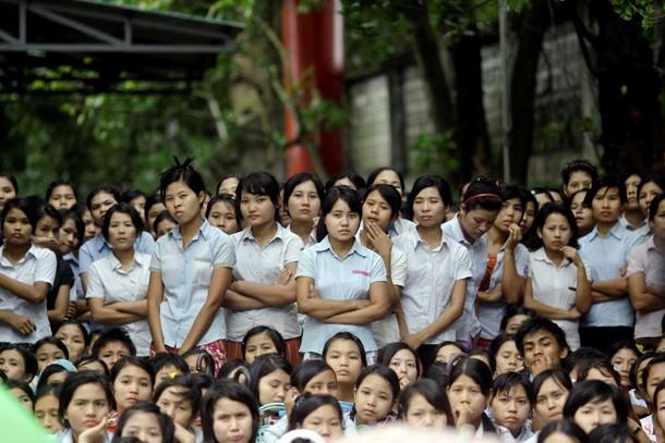 ၂၀၁၂ ခုႏွစ္ စက္တင္ဘာလ အတြင္းက ရန္ကုန္ၿမိဳ႕ မရမ္းကုန္းၿမိဳ႕နယ္ရွိ အထည္ခ်ဳပ္စက္႐ံု တခုတြင္ လုပ္ခလစာ တိုးျမႇင့္ေရး ေတာင္းဆိုဆႏၵျပေနေသာ အလုပ္သမား အမ်ိဳးသမီးငယ္ေလးမ်ား (ဓာတ္ပံု – Reuters)