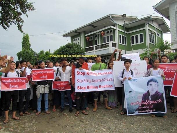 ဇြန္လ ၂၁ ရက္က ျမစ္ႀကီးနားၿမိဳ႕တြင္ ကြန္ပ်ဴတာ တကၠသိုလ္ ေက်ာင္းသားမ်ားႏွင့္ ကခ်င္ ျပည္သူလူထုတို႔က ဂြမ္ဆိုင္းေအာင္ေသဆုံးမႈႏွင့္ ပတ္သက္ၿပီး ဆႏၵထုတ္ေဖာ္ေနစဥ္(ဓာတ္ပုံ – Kachin Waves)