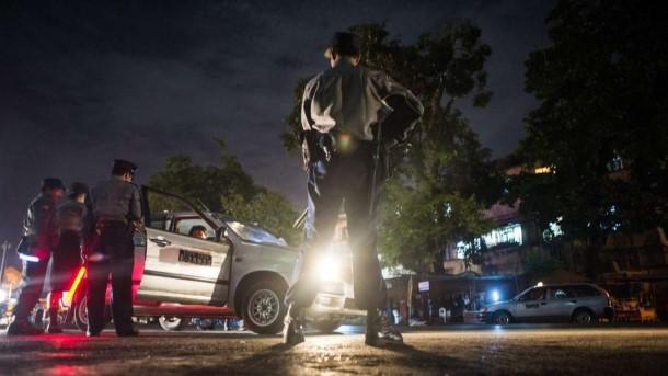 ရန္ကုန္ျမိဳ႕ေတာ္တြင္ ညဘက္ ေရွာင္တခင္စစ္ေဆးမႈ ျပဳလုပ္ေနစဥ္ (ဓာတ္ပံု - Reuters)