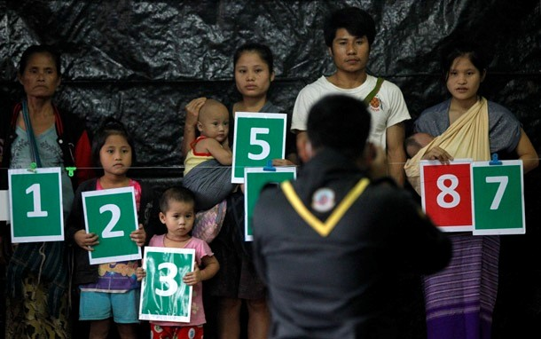 ၂၀၁၄ ခုုႏွစ္က မယ္လ ဒုကၡသည္စခန္းတြင္ လူဦးေရစာရင္း ေကာက္ယူစဥ္ (ဓာတ္ပံုု - Reuters)