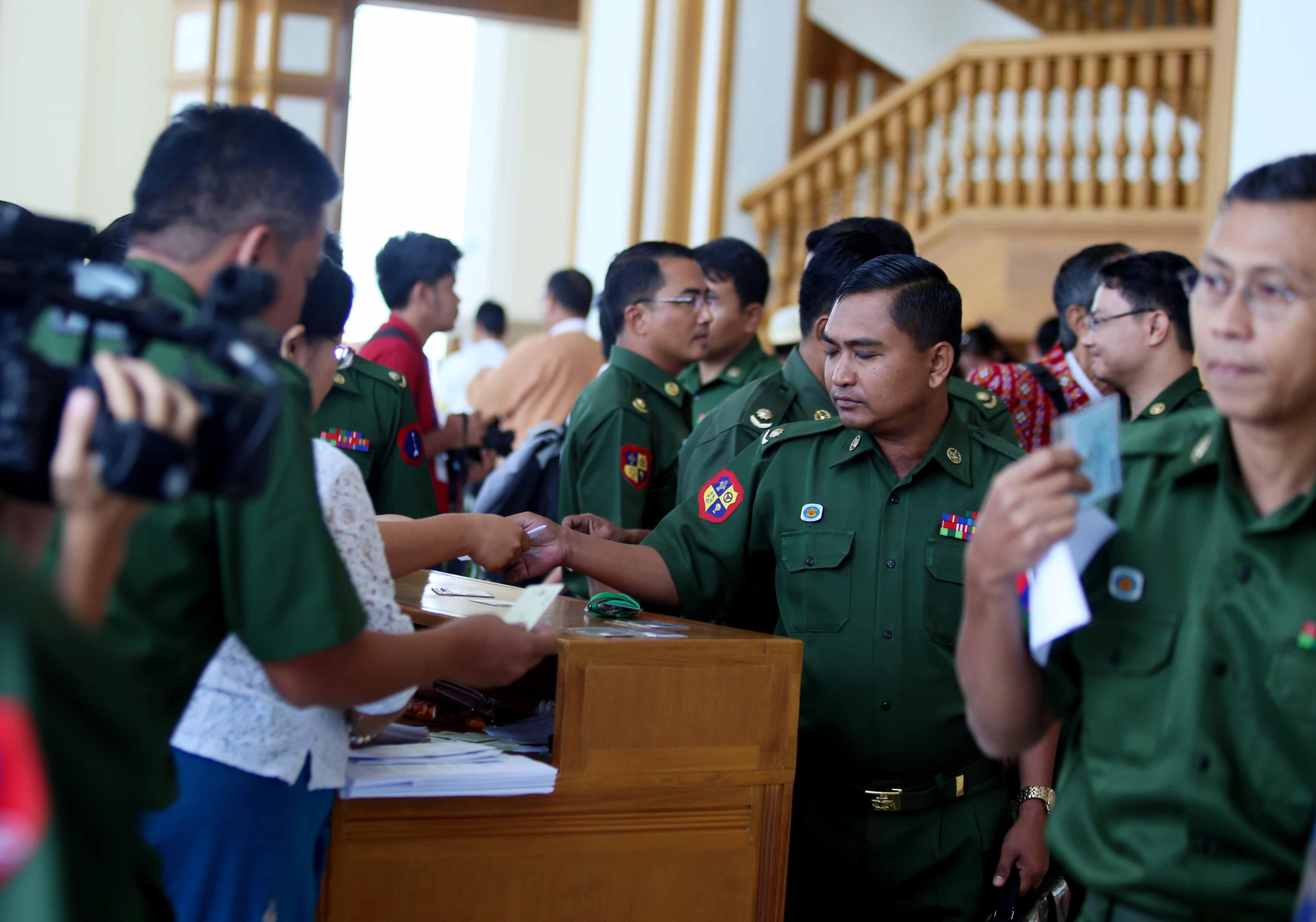တပ်မတော်ကို နိုင်ငံရေးက ဖယ်ထုတ်ရန် NLD ထက် တိုင်းရင်းသားများက  ပိုစိတ်အားထက်သန်